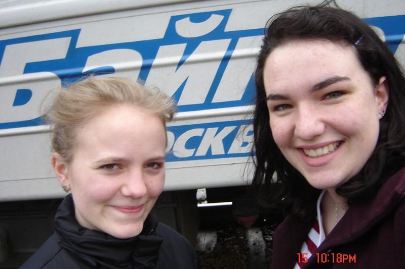 Les deux héroïnes devant le train