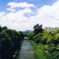 une rivière dans la ville