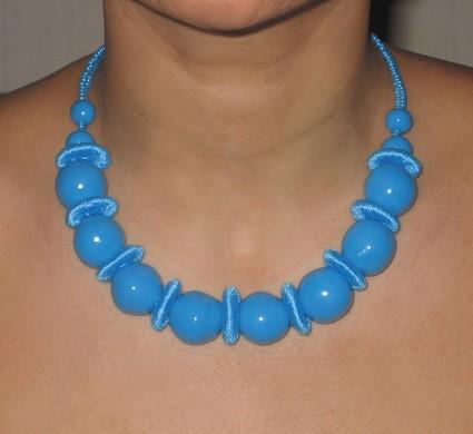 Collier fimo et perles en fil de coton bleu