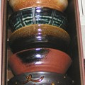 Cinq bols assortis en céramique : pour le thé ou le riz.