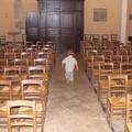 Terri visite l'église