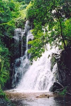 Cascade de Kpimé, nichée dans les Plateaux