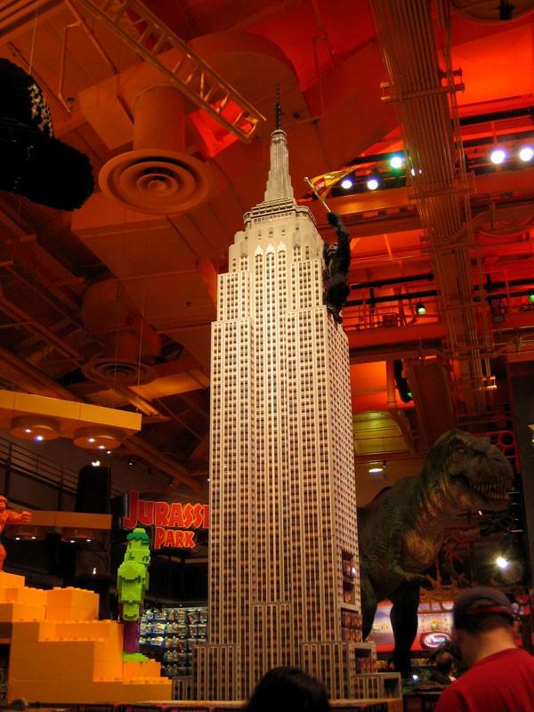 Le Toys R Us de Times Square.. En arriere plan le T-Rex de JP