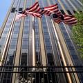 L'aigle américain derriere les barreaux avec les drapeaux au-dessus ca aurait pu faire une jolie image mais j'ai un peu raté la prise