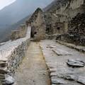 Vallée sacrée des Incas : Ollantaytambo, rue avec habitations a