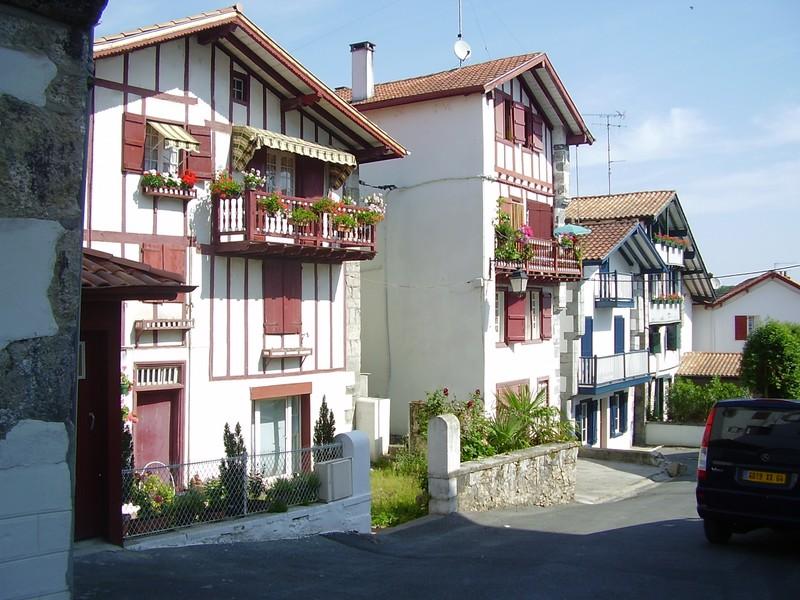 rue basque et ses maisons traditionnelles
