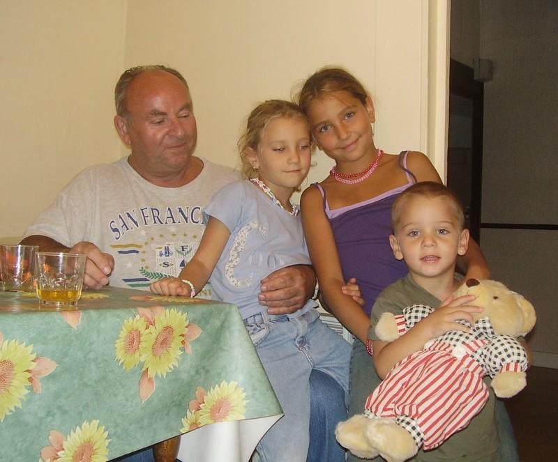 mon papy,ma grande soeur aurore,ma moyenne soeur camille,et moi