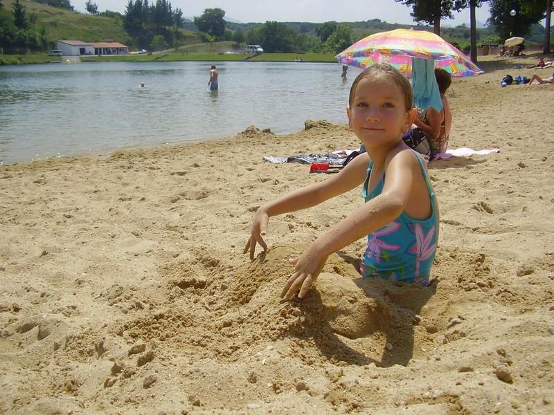 camille dans le sable au lac de st pée sur nivelle
