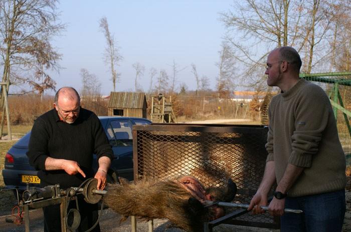 Mise en place du sanglier sur le barbecue vertical